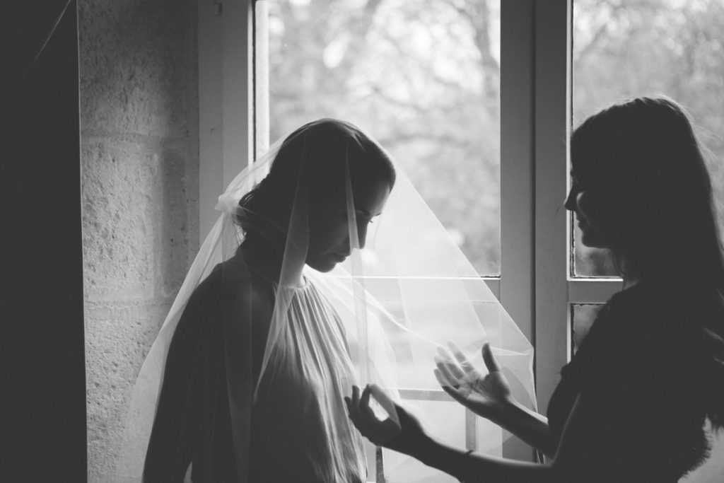 photographie de mariage à l'Abbaye de la bussiere vers dijon en Bourgogne, Jonas Jacquel. preparatifs, bague2