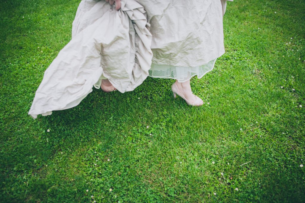 photographie de mariage à l'Abbaye de la bussiere vers dijon en Bourgogne, Jonas Jacquel. preparatifs, bague8