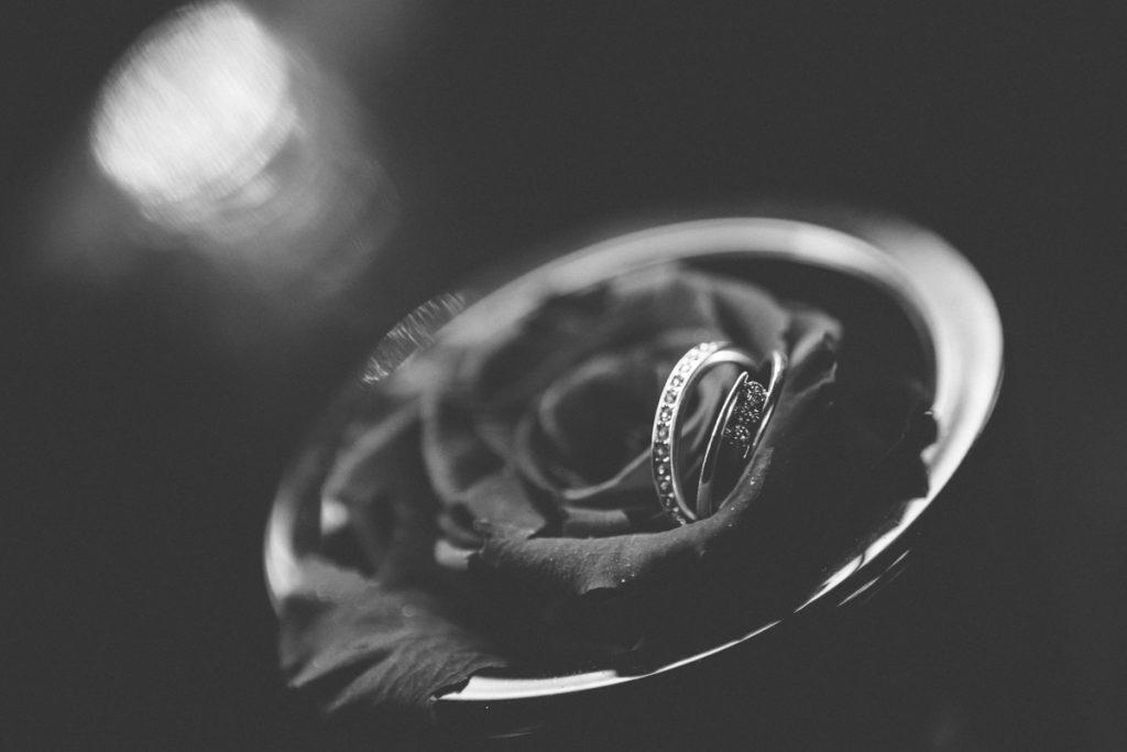 photographie de mariage à l'Abbaye de la bussiere vers dijon en Bourgogne, Jonas Jacquel. preparatifs, bague
